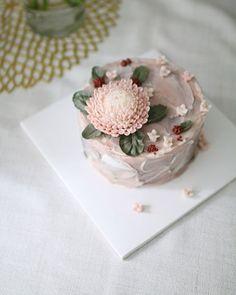 말라서 굳은것도 매력 Dry beanpaste peony - . . .  수업상담 Kakao Id : koreaflower02 Line Id : vivicake02 Wechat Id : vivicake_korea . . 블로그 주소 : www.vivi-cake.com . . vivicakeclass@gmail.com . . .  #flowercake #korea #design #cake #cupcakes #flowercakeclass #cakeclass #flowers #riceflower #koreaflowercake #koreanflowercake #piping #rice #riceflowercake #wilton #wiltoncake #ricecakeflowercake #koreanbuttercream #flowers #baking #beanpaste #beanpasteflower #seoul #hongdae #cakeicing #플라워케이크 #떡케이크…