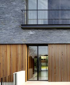 Image 11 of 25 from gallery of NS Residence / Blatman-Cohen Architects. Photograph by Amit Giron Image 11 of 25 from gallery of NS Residence / Blatman-Cohen Architects. Photograph by Amit Giron House Cladding, Timber Cladding, Exterior Cladding, Cladding Ideas, Railing Design, Facade Design, Exterior Design, House Design, Cladding Design
