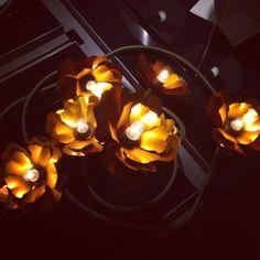 Lampan Helena i design av Helena Christensen exklusivt för Habitat. Denna med sex vackra blommor kostar 1.390kr (finns även med en blomma för 690kr). Går att böja så du får den som du vill. #habitatsverige