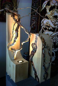 """Escultura iluminada (45x90 cm) Instalação luminosa com mosaico realizado em técnica direta, utilizando pedras, metal e pequenas inserções de """"smalti veneziani"""" com folha de ouro e vidro """"aventurina"""". Estrutura em madeira com iluminação LED."""