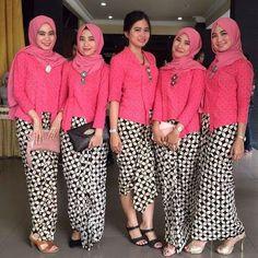 model kebaya muslim kutubaru pink dengan rok batik kawung
