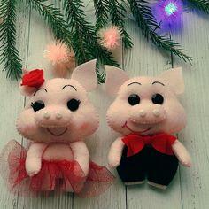 ИЗ ФЕТРА. МК и выкройки. Felt Ornaments, Holiday Ornaments, Holiday Decor, Pig Crafts, Felt Crafts, Bear Felt, Little Pigs, Felt Dolls, Sewing For Kids