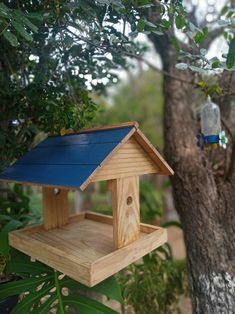 Modern Bird Feeders, Wood Bird Feeder, Garden Bird Feeders, Bird Bath Garden, Homemade Bird Toys, Homemade Bird Feeders, Bird Feeding Station, Indoor Water Garden, Diy Wood Shelves