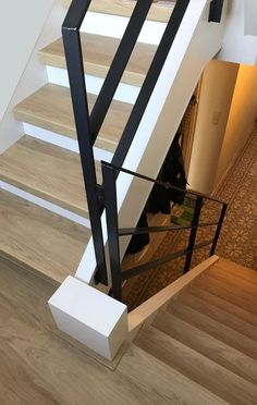 Stalen trapleuning Modern Stair Railing, Staircase Handrail, Open Staircase, Modern Stairs, Staircase Design, House Furniture Design, Interior Design Living Room, House Design, Exterior Handrail