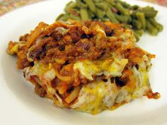 Cheesy Hash Brown Chili Bake (use a gluten free sloppy joe sauce or verify if Manwich is GF; Ore-Ida hashbrowns are GF; Hormel Chili should be GF but verify) Beef Dishes, Food Dishes, Main Dishes, Side Dishes, Potato Dishes, Baked Hamburgers, Beef Recipes, Cooking Recipes, Leftover Chili Recipes