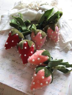 Velvet strawberries wow, I have been searching them for a long time and they are in my collection now! Felt Crafts, Crafts To Make, Fabric Crafts, Sewing Crafts, Arts And Crafts, Diy Crafts, Craft Projects, Sewing Projects, Velvet Pumpkins