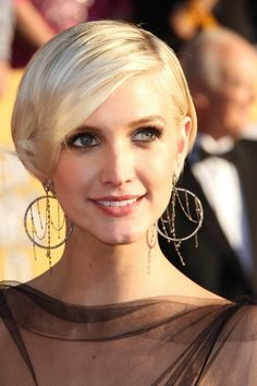 Ashlee Simpson's super short blonde bob