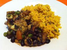 Guiso de vegetales con porotos negros acompañado de arroz con cúrcuma y albahaca.