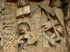 Église romane de Sainte-Foy de Conques, Aveyron.  En haut : l'ange porteur du livre de Vie, l'ange porteur du glaive pour repousser les forces du Mal. En bas : l'ange thuriféraire (= porteur de l'encens) et l'ange gonfalonier  (porteur de la bannière).