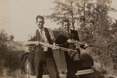 Buy online, view images and see past prices for Clyde Barrow & Bonnie Parker (Bonnie & Clyde). Barrow family photo albums and scrapbooks. Bonnie And Clyde Death, Bonnie And Clyde Photos, Bonnie Clyde, Family Photo Album, Family Photos, Famous Outlaws, Love You Sis, Bonnie Parker, Photograph Album