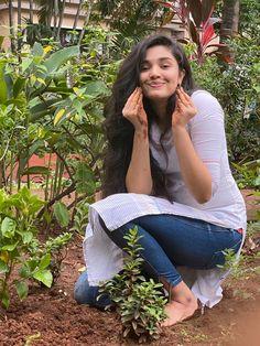 Most Beautiful Bollywood Actress, Beautiful Actresses, Cute Beauty, Beauty Full Girl, Girl Pictures, Girl Photos, Family Photos, Indian Photoshoot, Desi Bride