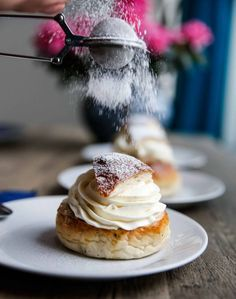 Semlor with extra much Cardamum! Swedish Recipes, Dessert Recipes, Desserts, Baked Goods, Coffee Cups, Sweets, Bread, Semlor, Dessert