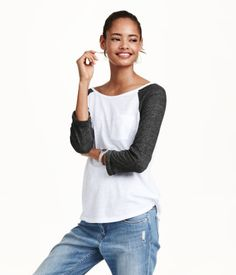 Top in jersey with 3/4-length raglan sleeves with sewn-in turn-ups, a breast pocket and a rounded hem that is slightly longer at the back. 13