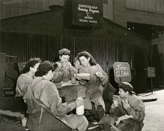 Shipfitters on a lunch break at the Brooklyn Navy Yard, 1944 #shipfitters #lunch #Brooklyn #navy #vintage #photo