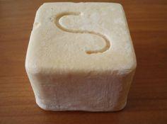 """Οι Ιδιότητες των σαπουνιών """"Σποράδες""""   Gigagora.gr   Πρόκειται για ένα φυσικό σαπούνι (με μόνα συστατικά το ελαιόλαδο, το νερό και για τον απαραίτητο διαχωρισμό τη βοήθεια σόδας και καλίου - χωρίς ίχνος από οξέα). Είτε σκέτο, είτε με αιθέρια έλαια διαφόρων λουλουδιών: Βάλσαμου (σπαθόχαρτου) Μέντας Λεβάντας   Διαρκεί περισσότερο, τόσο γιατί η ποσότητα του χειροποίητου σαπουνιού (110 εως 140 γραμμάρια) είναι παραπάνω από ένα συνηθισμένο σαπούνι... http://www.gigagora.gr/node/1359"""