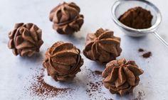 Das Nuss-Nougat-Spritzgebäck besteht aussen aus einem Teig mit Kakaopulver und ist gefüllt mit einer Nuss-Nougat-Crème.