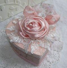 How to make a pink shabby chic box :-) Shabby Chic Boxes, Shabby Chic Crafts, Vintage Crafts, Vintage Shabby Chic, Decoupage, Rose Bonbon, Deco Rose, Estilo Shabby Chic, Shaby Chic