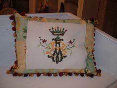 Cuscino barocco con monogramma decorato policromo.