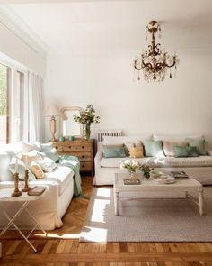 SALÓN - REFORMA Y DECORACIÓN, NATALIA ZUBIZARRETA INTERIORISMO. Las generaciones se fusionan en el hogar de Amaia. Recuperando la vivienda de su abuela, se ha buscado obtener máxima luminosidad en un espacio en el que muebles y objetos, que viven en esta casa desde siempre, convivan con estilo sencillo y moderno que caracteriza a los nuevos inquilinos. Living Room, Home, Simple Style, Cozy, Live, Souvenirs, Quartos, Space