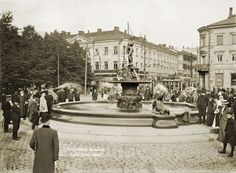 The Havis Amanda fountain being scrutinized by people when new. The Old Days, Historical Pictures, Before Us, Helsinki, Real People, Old Photos, Finland, Fountain, Scenery