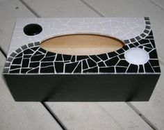 Tissue box decorated with mosaic by MODEMOSA on Etsy - Mosaic Glass, Mosaic Tiles, Glass Art, Mosaic Crafts, Mosaic Projects, Tissue Box Covers, Tissue Boxes, Mosaic Artwork, Smart Design