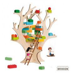 Bouw met je eigen stenen een boomhut in deze houten boom. Klim er met een ladder naartoe en schommel aan de grote tak. Teken mooie versieringen op de boom om hem helemaal van jezelf te maken. En bouw steeds nieuwe dingen.