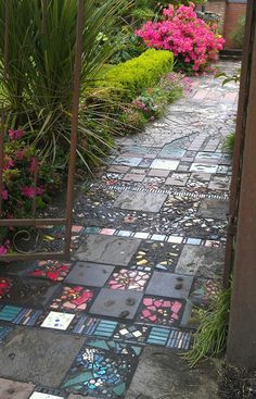 10 DIY garden paths from upcycling finds - cottage life - Diygardensproject.live - 10 DIY garden paths from upcycling finds – Cottage Life paths - Rustic Gardens, Outdoor Gardens, Party Kulissen, Path Ideas, Walkway Ideas, Garden Types, Diy Garden Projects, Dream Garden, Yard Art