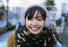 """新垣結衣 Aragaki Yui ファンページ on Instagram: """"' お疲れ様です この新垣さん大好き 笑いかけてくれる感じ 癒される 耳あてとか可愛すぎなぁ ' #新垣結衣#ガッキー#yuiaragaki#かわいい#大好き#冬#耳あて#マフラー#セーター#笑顔 #cute#love##winter#muffler#sweater#smile…"""""""