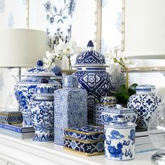 33 Nice Ginger Jars Decor For Living Room Decoration - Decorating in the Asian style is a real exercise in creating balance, tranquility and harmony among the items of daily living and nature. Hamptons Style Decor, The Hamptons, Hamptons Style Bedrooms, Blue And White Vase, White Vases, Blue Pottery, Chinoiserie Chic, Decorated Jars, Blue China