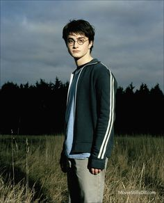 A gallery of Harry Potter and the Prisoner of Azkaban publicity stills and other photos. Featuring Daniel Radcliffe, Emma Watson, Rupert Grint, Gary Oldman and others. Harry James Potter, Saga Harry Potter, Daniel Radcliffe Harry Potter, Mundo Harry Potter, Harry Potter Draco Malfoy, Harry Potter Tumblr, Harry Potter Pictures, Harry Potter Characters, Harry Potter World