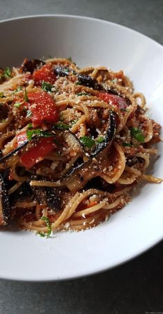 Spaghetti mit Parboiled Auberginen und Poivron Rouge in Tomatensauce - Vegetable Recipes, Vegetarian Recipes, Healthy Recipes, Pasta Recipes, Cooking Recipes, Salty Foods, Sauce Tomate, Grilled Eggplant, Healthy Cooking