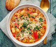 En otroligt smakrik, mustig och mättande minestronesoppa med morot, paprika, haricot verts, umamirika gröna oliver och risoni. Soppan kryddas med timjan, vitlök och aromatisk persilja och puttrar tills köket är fyllt av väldoft. Garnera med parmesanflarn och avnjut soppan med nygräddad, frasig surdegsbaguette. Hoppas det smakar. Soup Recipes, Vegan Recipes, Dinner Tonight, Deli, Cheeseburger Chowder, Parmesan, Thai Red Curry, Vegetarian, Snacks