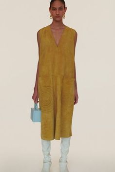 See all the Collection photos from Jil Sander Spring/Summer 2020 Resort now on British Vogue Jil Sander, 2020 Fashion Trends, Fashion 2020, Fashion Weeks, Fashion Outfits, Vogue Paris, Edgy Chic, Tecno, Australian Fashion