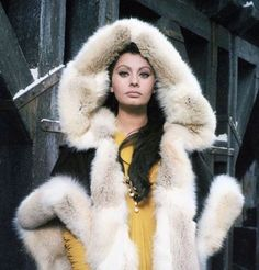 Winter, the italian actrees great #SophiaLoren in a old portrait of one your films ...