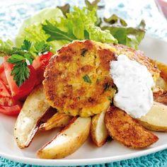 De goda vegetariska biffarna som görs på konserverade kikärter, smakar bra med klyftpotatis och tzatziki till.