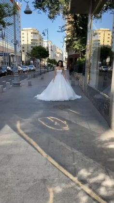 Rochie mireasa stil printesa cu umeri goi si broderie. Hijab Fashion Summer, The Bride, Sexy Corset, New Wedding Dresses, Wedding Planning, Wedding Ideas, Ball Gowns, Lace Up, Prom