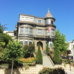 This house is so beautiful it's another #favorite (I have at least 250 favorites throughout this city). Always well-maintained from the outside and they change out their flag regularly. Maybe I could see their collection do you suppose they have a flag room? Love that idea. The mighty maple leaf is up in this one  #ohcanada    #sanfrancisco #flag #house #guerrero #warrior #bluesky #victorian #architecture #streetlevelelem #home