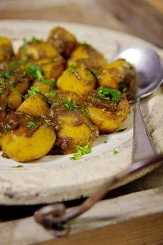 Bereiden:Fruit de ui, het chilipepertje en de knoflook ca. 5 min. in de olie tot de ui doorzichtig is. Voeg kerrie poeder en garam masala toe en bak 1 min. mee.Roer de aardappelen erdoor. Voeg het bouillonblokje toe en giet het water erbij. Breng op smaak met peperen zout.