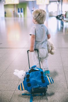 10 Things to do BEFORE the Flight to Make Traveling with Kids More Enjoyable - Barefoot Blonde by Amber Fillerup Clark Little People, Little Boys, Baby Pictures, Baby Photos, Funny Pictures, Cute Kids, Cute Babies, Barefoot Blonde, Foto Baby