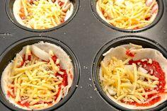 Wraps over en zin in een hartig tussendoortje? Probeer dan eens deze pizzahapjes, simpel en erg lekker. Je zou ze ook als een bijgerechtje kunnen serveren en natuurlijk kun je nog variëren met de ingrediënten. Tijd: circa 10 min + 10-15 in de oven Recept voor 10 hapjes Benodigdheden 3-4 wraps 10 theelepels tomatenpuree geraspte...Lees Meer »
