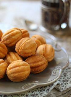 Oreshki - Russian walnut molded cookies filled with dulce de leche.Oreshki - Russian walnut molded cookies filled with dulce de leche. Nut Recipes, Avocado Recipes, Cookie Recipes, Snack Recipes, Russian Desserts, Russian Recipes, Delicious Desserts, Yummy Food, Churros