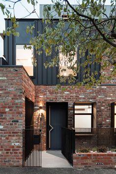 Modern Brick House, Brick House Designs, Brick Design, Facade Design, Exterior Design, Modern House Facades, Brick Cladding, House Cladding, Brick Facade