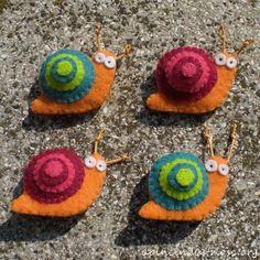 felt snail brooches or magnets - lumache calamite - spille di pannolenci Felt Diy, Felt Crafts, Fabric Crafts, Felt Magnet, Snail Craft, Sewing Projects, Craft Projects, Wooly Bully, Crafts For Kids