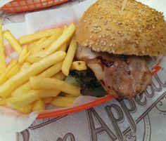 Hamburguesa Paul Newman (queso Edam, salteado de cebolla y champiñón, mezclum de lechugas y ketchup casero) en el @KukysPlace. Kuky's Place es una hamburguesería con mucho encanto, ambientada como si fuera un Diner americano de los años 50, que ofrece comida original y de calidad.  Situado en un antiguo chalet en la calle Agustín de Quinto 4 (muy cerca de la Plaza San Francisco, en la calle lateral de La Salle), elKuky's Place ofrece dos ambientes bien diferenciados, el restaurante en sí, y…