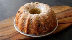 Jedna z nejbohatších a nejlepších bábovek co znám. Nikdy mě nezklamala. Bohaté třené těsto se spoustou másla a cukru. K tomu vlašské ořechy a kousky čokolády uvnitř. To celé sypané plátky mandlí a moučkovým cukrem. Nebudete litovat! Suroviny na konci receptu. Czech Recipes, Bagel, Doughnut, Cheesecake, Sweets, Bread, Dishes, Baking, Pastries
