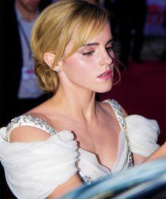 """Emma Watson signing autographs at the National Movie Awards "" Emma Watson Beautiful, Emma Watson Sexiest, Olivia Munn, Olivia Wilde, Hermione Granger, British Actresses, Hollywood Actresses, Emma Walton, People"