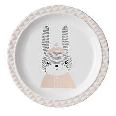 Sophiadeviendra la fidèle copine du déjeuner ! En sa compagnie, les plus petits ne rechigneront plus à manger épinards et choux et ce, sans fairela grimace !Les bords sont relevés afin d'éviter les débordements !    D: 22 cm.Assiette en mélamine. Passe au lave-vaisselle. Ne pas utiliser au micro-ondes.   9,95 € http://www.lafolleadresse.com/vaisselle-enfants/3285-assiette-22-cm-avec-rebords-sophia-bloomingville.html