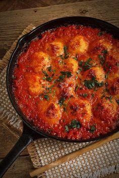 Mod de preparare Galuste de cartofi in sos de rosii: Galuste: Cartofii se spala foarte bine si se pun la fiert in apa cu sare. Cand sunt fierti se trec sub jet de apa rece si se curata de coaja. Se pun intr-un castron si se paseaza. Se adauga untul, …