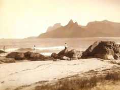 Arpoador, Ipanema, por volta de 1895. Destaques para o Morro Dois Irmãos e a Pedra da Gávea.