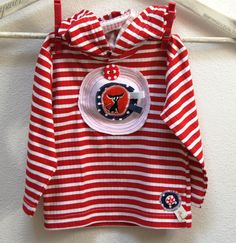 Tričko s textilní aplikací pro rošťandu - kvalitní dětské tričko, česká výroba - 100% bavlna -základní barva červená + bílá, dlouhý rukávek, kapucka, vhodné jako triko nebo slabší mikinka s 3D aplikací (motiv mírně vystupuje, není placatý :) - ručně zdobené - zepředu textilní aplikace z bavlny a bavlněného úpletu s motivem pejska, nezačištěno, prošito ...